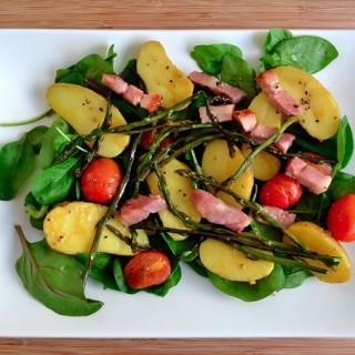 Ζεστή σαλάτα με μπέικον, σπαράγγια και πατατούλες