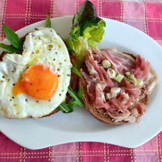 Bagel με μαριναρισμένο κρεμμυδάκι, τηγανητό αυγό και χοιρομέρι