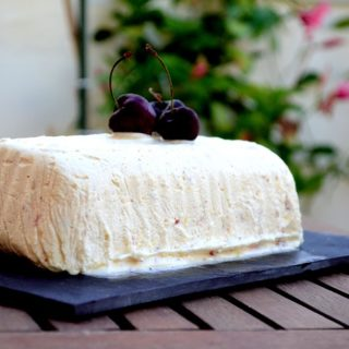 Semifreddo με λευκή σοκολάτα και μαρμελάδα κεράσι