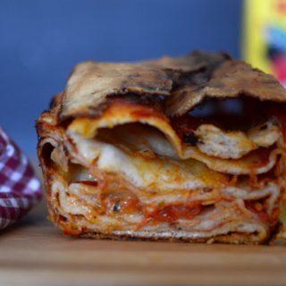 Scaccia (ή αλλιώς διπλωμένη πίτσα με τυρί και ντομάτα)