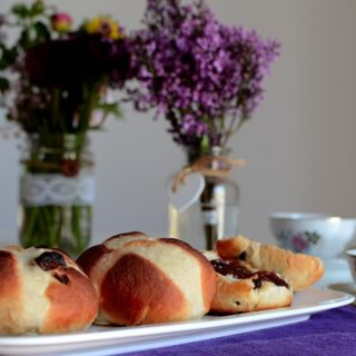 Τσουρέκια multinational – το αγγλικό (hot cross buns)