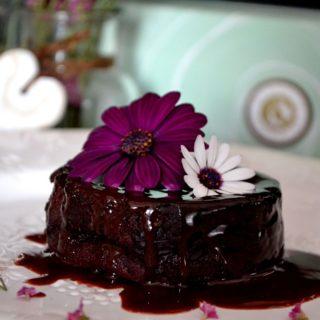 Ζουμερά σοκολατένια κεκάκια με σως σοκολάτας γάλακτος με ρούμι